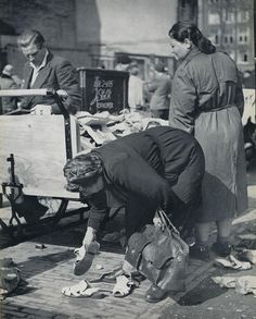 Looking for second-hand shoes at the Waterlooplein flea market in Amsterdam, Photo by Kees Schrerer. Antique Photos, Vintage Photographs, Types Of Photography, Street Photography, Old Pictures, Old Photos, Second Hand Fashion, World Press Photo, Good Old Times