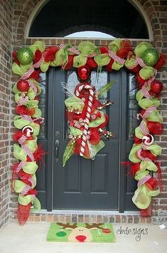 A Whole Bunch Of Christmas Porch Decorating Ideas - Christmas Decorating - by doenapple