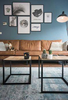 Parede azul e sofá de couro marrom