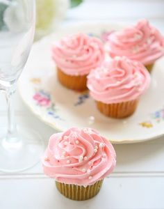 Pink Champagne Cupcakes ... baking with alcohol? Yes please!