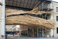 Vortex est une sculpture lumineuse intégrée dans l'architecture unique du projet Darwin, à Bordeaux. Fragment d'architecture réalisé à partir d'échafaudages, Vortex est habillé d'une peau de bois brut et surligné par 12 lignes de lumière DEL, comme autant de lignes génératrices et constructives du projet