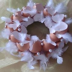 bruine eierschalen met parelkraaltjes en witte veertjes velikonoce brown eggshells with pearls and w Easter Wreaths, Christmas Wreaths, Egg Carton Crafts, Easter Table Decorations, Egg Art, Easter Holidays, Egg Decorating, Easter Crafts, Holidays And Events