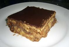 Crunchy biscuits layered with chocolate truffle and cream make a quick and mouthwatering cake. Mexican Food Recipes, Sweet Recipes, Cake Recipes, Grandma Cake, How To Make Biscuits, Biscuit Cake, Tasty, Yummy Food, Confectionery