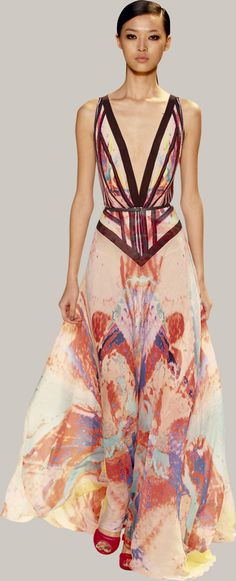 Welcome to the world of ELIE SAAB: discover the latest Haute Couture and Ready to Wear Collections, Accessories, Shows, Celebrities, Backstage and more. Haute Couture Style, Couture Mode, Couture Fashion, Runway Fashion, High Fashion, Beautiful Gowns, Beautiful Outfits, Gorgeous Dress, Robes Elie Saab