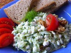 Okurku omyjeme a i se slupkou nastrouháme na hrubo, vymačkáme šťávu, dáme do cedníku a necháme okapat. Okurku dáme do misky, přidáme všechny... Vegetable Recipes, Cobb Salad, Grains, Food And Drink, Rice, Vegetables, Cottage, Fitness, Diet