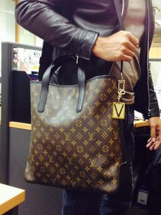 Louis Vuitton Handbags 2016 Hot Sale, LV Handbags Outlet Save For You, it So Cheap! Discount Site From Here, Check It Out. Louis Vuitton Mens Bag, Louis Vuitton Handbags, Louis Vuitton Monogram, Vuitton Bag, Lv Handbags, Handbags Online, Replica Handbags, Fashion Bags, Mens Fashion