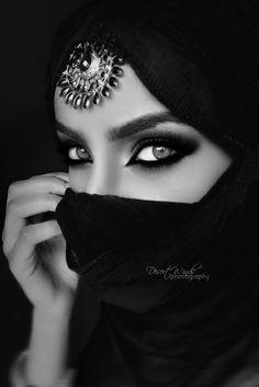 115 portrait photography black and white women - Vario Wall Black N White, Black White Photos, Black And White Portraits, Black And White Photography, Beautiful Eyes, Beautiful People, Beautiful Hijab, Gorgeous Women, Arabian Eyes