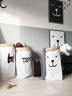 Tøffe store papirposer med håndmalt motiv. Du finner de hos www.multitrend.no - gratis frakt