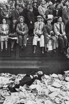 Bid now on Trafalgar Square on the day of the Coronation of King George VI, London by Henri Cartier-Bresson. View a wide Variety of artworks by Henri Cartier-Bresson, now available for sale on artnet Auctions. History Of Photography, Candid Photography, Documentary Photography, Street Photography, Henri Cartier Bresson, Trafalgar Square, George Vi, Roi George, Magnum Photos