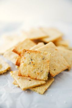 Simple and quick minutes to make) homemade parmesan-herb crackers perfect to dip in delicious veggie dips. Perfect for entertaining and snacking! (GIVEAWAY instructions bolded in last paragraph… Savory Snacks, Quick Snacks, Snack Recipes, Dessert Recipes, Cooking Recipes, Savoury Biscuits, Homemade Crackers, Galletas Cookies, Clean Eating Snacks