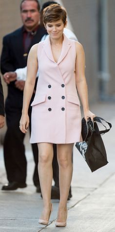 Kate made an appearance on Jimmy Kimmel's show in a baby pink tuxedo dress by Marissa Webb. Pink Tuxedo, Tuxedo Dress, Celebrity Dresses, Celebrity Style, Divas, Kate Mara, Amal Clooney, Cut Her Hair, Fashion Advice
