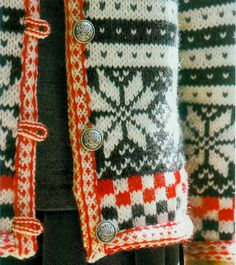 So - the placket is steeked, and the i-cord button loops are - sewn in before the steek facing, somehow? Two-color i-cord, wow. This is a lovely solution to the buttonhole problem, but it is not a >simple< solution. Punto Fair Isle, Motif Fair Isle, Style Norvégien, Craft Patterns, Knitting Patterns, Knitting Tutorials, Stitch Patterns, Nordic Sweater, I Cord
