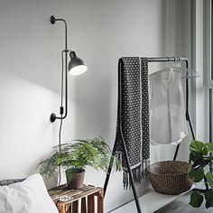 Monikäyttöinen, näyttävä seinävalaisin korostamaan kohdetta tai tuomaan hyvää lisävaloa työskentelyä ja lukemista varten. Musta metallirunkoinen valaisin, jota voi suunnata haluamaan suuntaan ja korkeuttakin voi muuttaa pitkän seinävarren avulla. Nimestään huolimatta kuivaan tilaan. :)