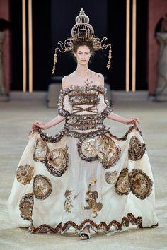 Guo Pei Fall 2019 Couture Fashion Show Collection: See the complete Guo Pei Fall 2019 Couture collection. Look 26 Style Couture, Couture Fashion, Runway Fashion, China Fashion, Fashion Art, Fashion Show, Fashion Design, Style Oriental, Oriental Fashion