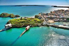 """Tenby, Gales, En galés, Tenby podría traducirse como """"pequeña fortaleza de los peces"""". La ciudad, un puerto natural con acceso al mar de Irlanda y al Océano Atlántico, fue fundada en 900 de nuestra era. Después de la conquista normanda de Inglaterra, la ciudad fue fortificada con un enorme muro para contener a las rebeliones de Gales en la bahía. Desde el año 1.800 en adelante, la ciudad fue adquiriendo fama por su belleza y no por sus defensas."""