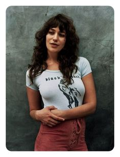 Lola Kirke Wears Casual Looks for So It Goes Magazine - - Actress Lola Kirke gets her closeup for the seventh issue of So It Goes Magazine. Photographed by Toby Knott and styled by Liz McClean, the 'Mozart in the Jungle' star wears a mix of vintage. Lola Kirke, 70s Outfits, Chic Hairstyles, Hairstyles With Bangs, Long Curly Haircuts, Hairstyle Hacks, Blonde Hairstyles, Style Hairstyle, Popular Hairstyles