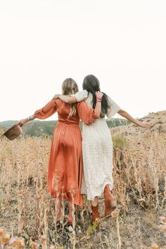 Dresses For Engagement Pictures, Engagement Photo Dress, Best Friends Shoot, Fall Friends, Friendship Photoshoot, Friend Poses Photography, Summer Photos, How To Pose, Boho