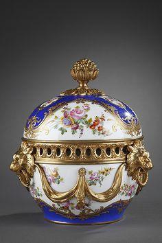 Pot pourri en porcelaine dans le goût de Sèvres et monture en bronze doré
