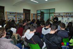 """Cabeza del Buey. Jesús Sánchez Adalid con alumnos del IES Muñoz-Torrero hablando de """"La Sublime Puerta"""""""