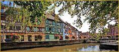 Photo panoramique à contre-jour à l'écluse de la Lauch avec les façades alsaciennes colorées, au quai de la Poissonnerie de Colmar, dans le département du Haut-Rhin en Région Alsace. Photos du quai de la Poissonnerie de Colmar, histoire de l'Alsace.