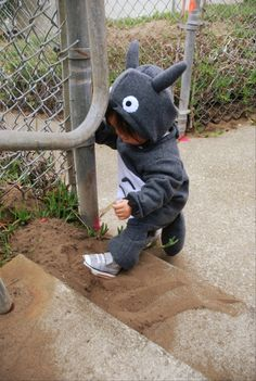 A blog on how to make your own Totoro Costume! Man this is too too cute. I love Totoro. I think I will make this for ME! :-) Pin leads you back to Sew and Tell: Totoro Costume!