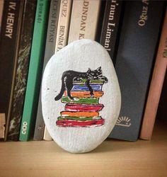 #kedikitapaşkı#kedi#kitap#hayattanbezmek #yosunstoneart #taşboyama #taşboyamasanatı #stonepainting #painting #cat#book #drawing #art#artoftheday #instaart #illustration#instagood #instalike #design #creative #tasarım#dizayn #handmade#elboyaması#beautiful_stones#vscocam#arts_gallery#vscoart#