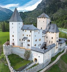 If you like this European castle. Check others on my Castles in Europe board :) Thanks for sharing! Real Castles, Beautiful Castles, Beautiful Buildings, Beautiful Places, Chateau Medieval, Medieval Castle, Stations De Ski, Beau Site, Palaces