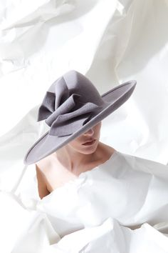 A Big beautiful black diamond set in silver hat pin is called for here! Fancy Hats, Cool Hats, Big Hats, Fascinator Hats, Fascinators, Headpieces, Millinery Hats, Philip Treacy Hats, Fedora Hat Women