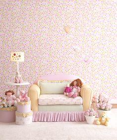 A decoração de quarto de meninas fica muito mais alegre com o uso de um papel de parede colorido, em tons suaves. Dá textura e alegria ao quarto, deixando-o leve e bonito.