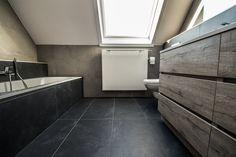 Badkamer landelijke stijl bad afgewerkt met natuursteen carrara c en lambrisering bad - Tub onder dak ...