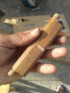 gabarito de afiar formão Blade Sharpening, Woodworking Jigs, Diy Tools, Tool Box, Wood Crafts, Hand Carved, Carving, Hobby, Woods