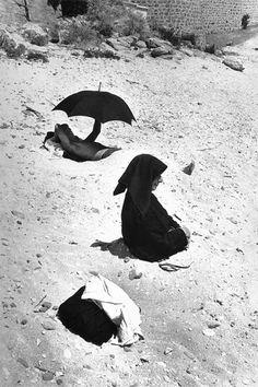 SARDINIA, Italy—Cala Gonone Beach in the village of Dorgali, © Henri Cartier-Bresson / Magnum Photos – Chasing Light Magnum Photos, Louis Daguerre, Alberto Giacometti, Candid Photography, Street Photography, Urban Photography, Color Photography, Old Photos, Vintage Photos