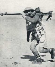 British soldier with anti-tank gun Boys on maneuvers in the desert. Egypt, 1940 - pin by Paolo Marzioli British Armed Forces, British Soldier, British Army, Ww2 History, Military History, Anti Tank Rifle, Afrika Corps, Tank Warfare, North African Campaign