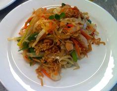 Endnu en wok! Det er altid en vinder-ret. :-) Ingredienser,4 personer 1 løg 2 gulerødder 1 porre 1/4 hvidkålshovede 1 peberfrugt 200-250 g nudler 5 hvidløgsfed 1 chili Lidt frisk ingefær soya evt.…