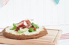 Pizza de jamón crudo y tomates secos