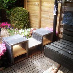 Tuinmeubel van betontegels en een afgedankt eiken tafelblad