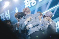 KangDaniel e SeongWoo durante o episódio final do Produce 101 Season 2.
