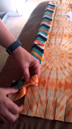 A triple braid for tying fleece blankets. Tie Knot Blanket, Fleece Blanket Edging, Diy Blankets No Sew, Fleece Tie Blankets, Fleece Crafts, Fleece Projects, Sewing Projects, Sewing Ideas, Sewing Hacks