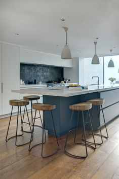 The linear shape and simple colour combo of this kitchen gives a sleek and elegant finish Kitchen Interior, Kitchen Inspirations, Kitchen Upgrades, Kitchen Remodel, Kitchen Island And Table Combo, Contemporary Kitchen, Best Kitchen Cabinets, Kitchen Island Dining Table, Kitchen Renovation