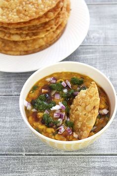 Dal pakwan recipe is authentic Sindhi Breakfast dish. Crispy, fried puri is served with chana dal toppped with green chutney, meethi chutney and onion. Learn how to make easy dal pakwan recipe. Veg Recipes, Kitchen Recipes, Indian Food Recipes, Vegetarian Recipes, Cooking Recipes, Recipies, Puri Recipes, Paratha Recipes, Lentil Recipes