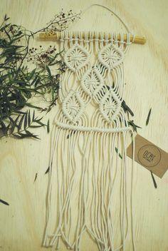 Mini-adorno confeccionado com fio de algodão cru.  #macramê #artesanato #makrame #macrameart #macramewallhanger