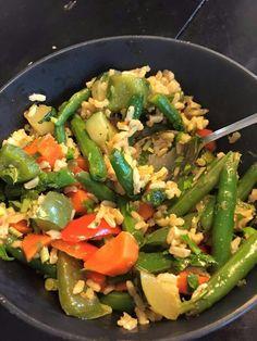 Veggie brown rice stirfry Honey Mustard Chicken Wings, Brown Rice, Stir Fry, Pasta Salad, Veggies, Ethnic Recipes, Food, Crab Pasta Salad, Meals