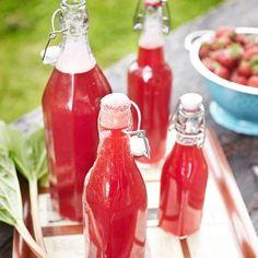 Mansikka-raparperimehu Rhubarb Recipes, Summer Dishes, Kombucha, Sorbet, Hot Sauce Bottles, Cold Drinks, Lemonade, Healthy Life, Smoothies