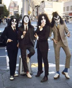 Peter Cris in Saddle Shoes and Gene Simmons in Clogs. Kiss Band, Kiss Rock Bands, Paul Stanley, Eric Singer, Pop Internacional, Gene Simmons Kiss, El Rock And Roll, Vintage Kiss, Peter Criss