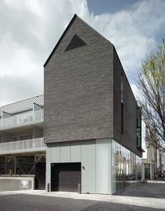 home profile a float. dark top light bottom    bakers architecten - black house