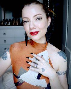 Julia Petit, maquiagem natural com duas opções de batom para dia e noite.
