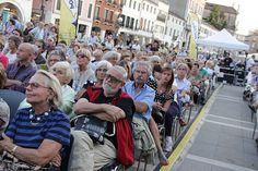 6 settembre, Festival della politica 2013 | ore 17.30 Piazza Ferretto, il pubblico di Caracciolo, Panebianco, Guolo (6)