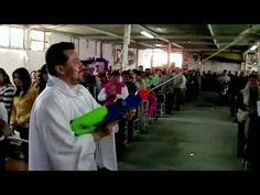 Un párroco en la ciudad de Saltillo, en el norte de México, viste sotanas con dibujos de Batman y Superman y rocía a su comunidad con agua bendita para atraer a los niños a su iglesia.