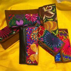 """12 Me gusta, 2 comentarios - Las Mañanitas TRC (@lasmananitastrc) en Instagram: """"New Arrivals!! Carteras en piel de ternera con bordado textil hecho en telar de cintura con flores.…"""""""