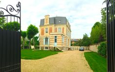 Croissy Sur Seine, Beautiful Homes, Sidewalk, Mansions, House Styles, Home Decor, House Of Beauty, Decoration Home, Manor Houses